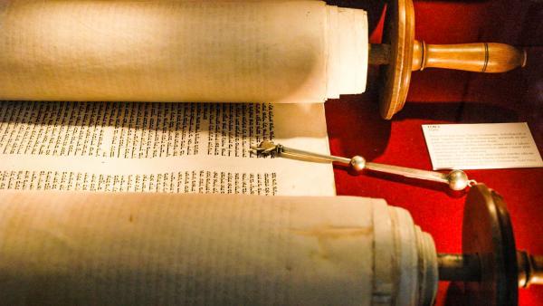 Torah and jad - exhibits in Big Synagogue Museum, Wlodawa - Poland. (CC BY 2.5)