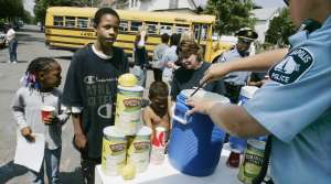 Minneapolis police officer giving children lemonade