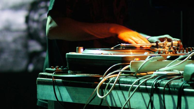 Dj spinning at a turntable