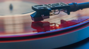 closeup photography of vinyl record playing on turntable