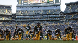Green Bay players kneel before game