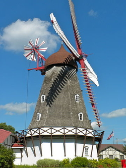 An old windmill, Elk Horn Iowa. Smallbones (cc)