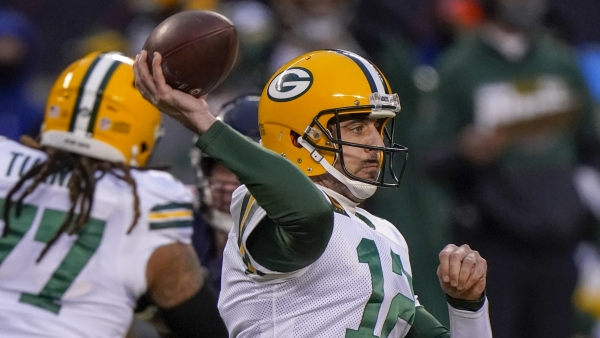 Aaron Rodgers throws a pass against the Chicago Bears