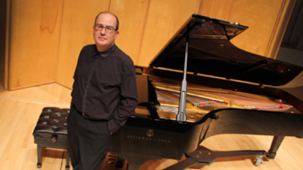 Photo of pianist Alexandre Dossin