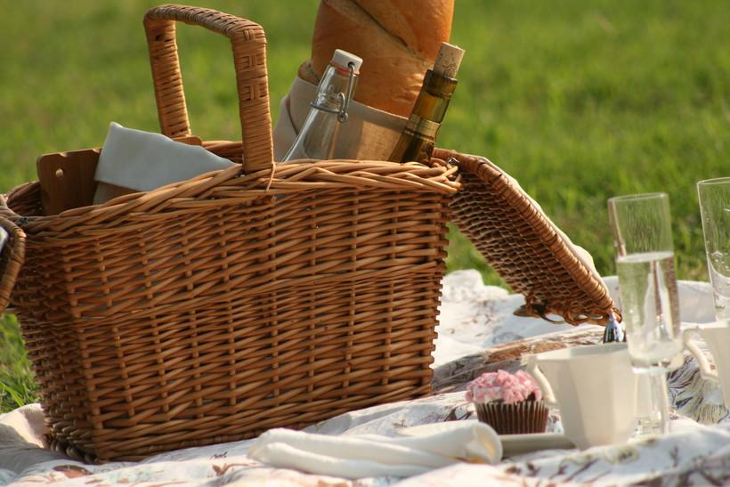 picnic basket, flutes