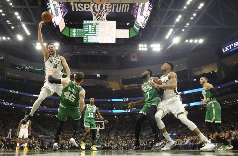 Milwaukee Bucks' Nikola Mirotic shooting