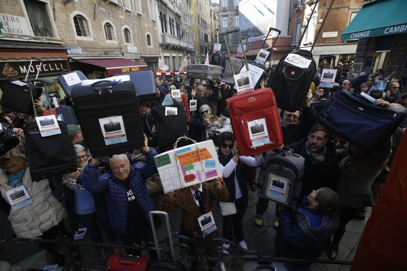 venice tourism protest travel