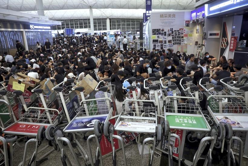 Demonstrators disrupt travel at Hong Kong airport
