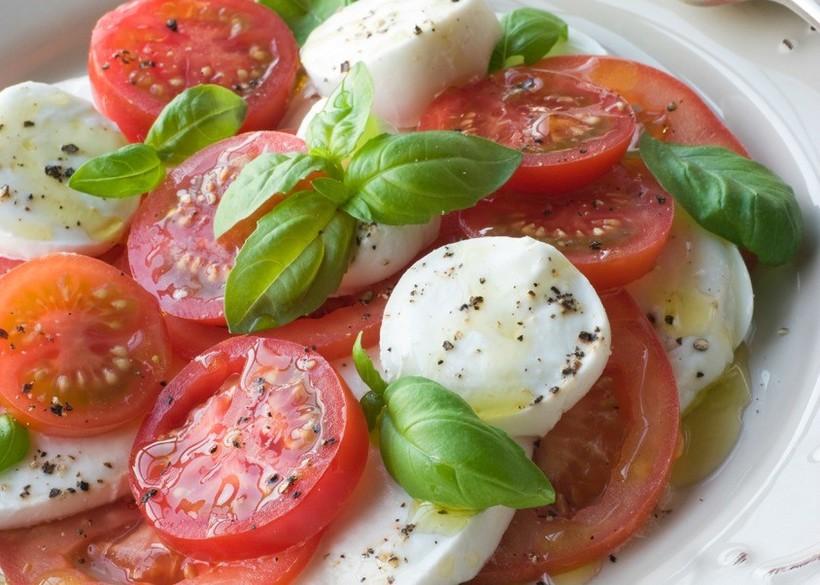caprese salad tomatoes cheese