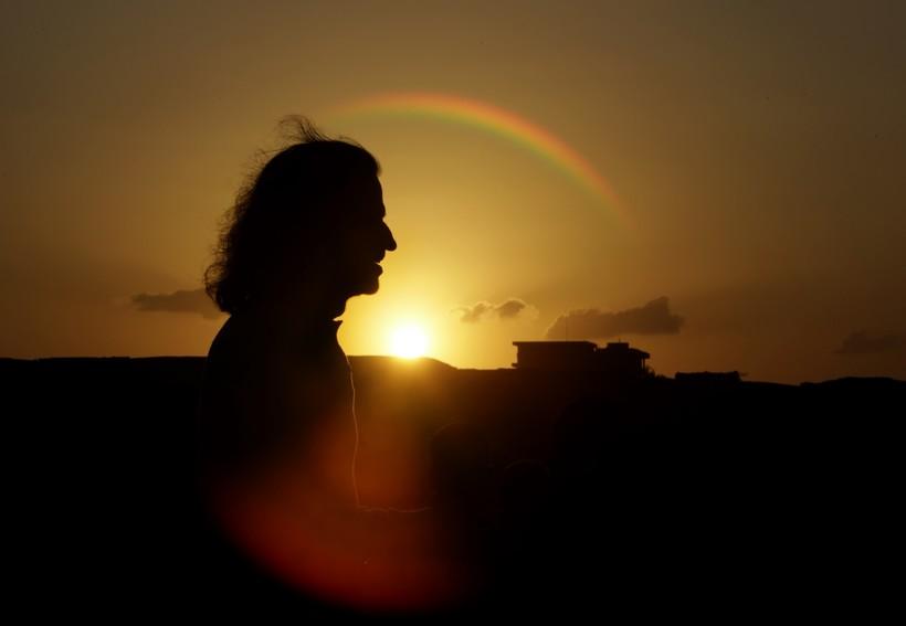 Yanni in silhouette