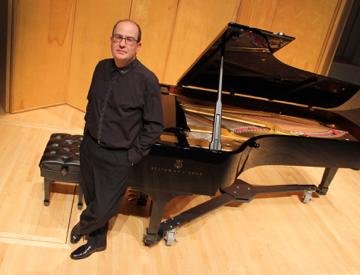 Photo of pianist Alexandre Dossin